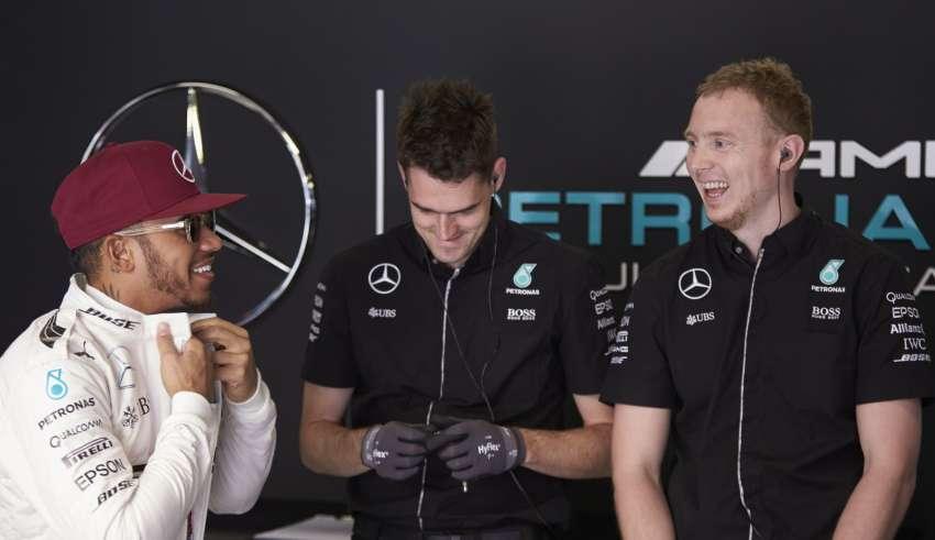 Lewis Hamilton Mercedes W07 Hybrid Spain GP F1 2016 laughing with mechanics in garage Foto Mercedes