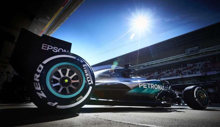 Lewis Hamilton Mercedes W07 Hybrid Spain GP F1 2016 pit garage exit Foto Mercedes