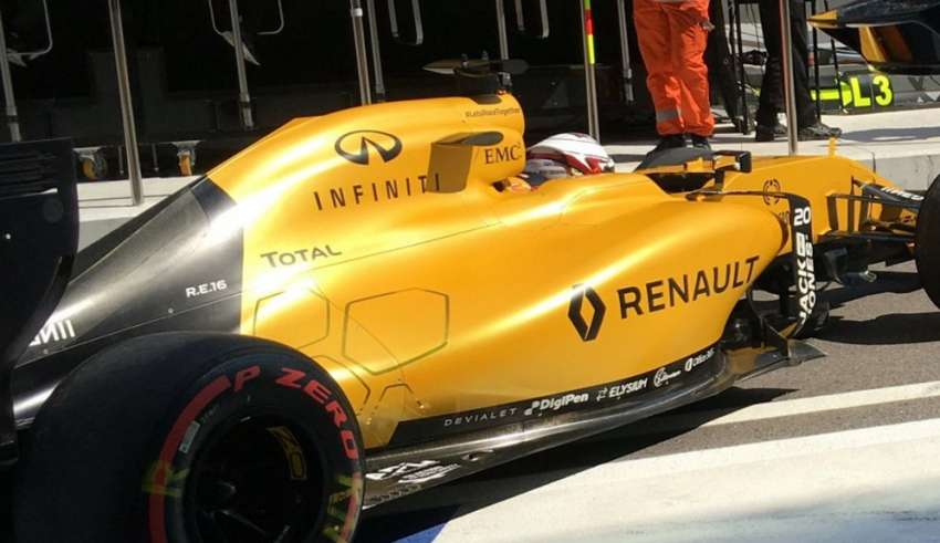 Renault RS16 garage exit