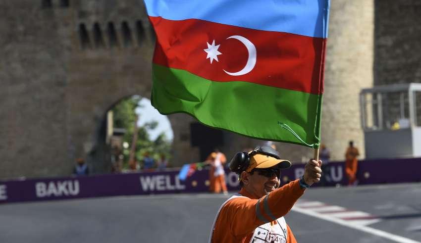 European GP Baku F1 2016 marshal waves eith the azerbaijan flag Foto Pirelli