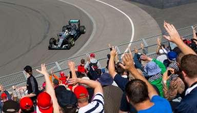 Lewis Hamilton Mercedes W07 Hybrid with fans cheering Canada GP F1 2016 Foto Daimler