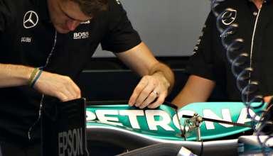 Mercedes F1 W07 Hybrid swoopy rear wing engineers placing gurney tabs European GP Baku F1 2016 Foto Auto Motor und Sport