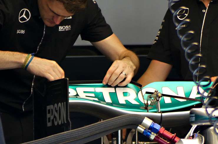 Mercedes F1 W07 Hybrid swoopy rear wing engineers placing gurney tabs European GP Baku F1 2016 Foto Auto Motor und Sport