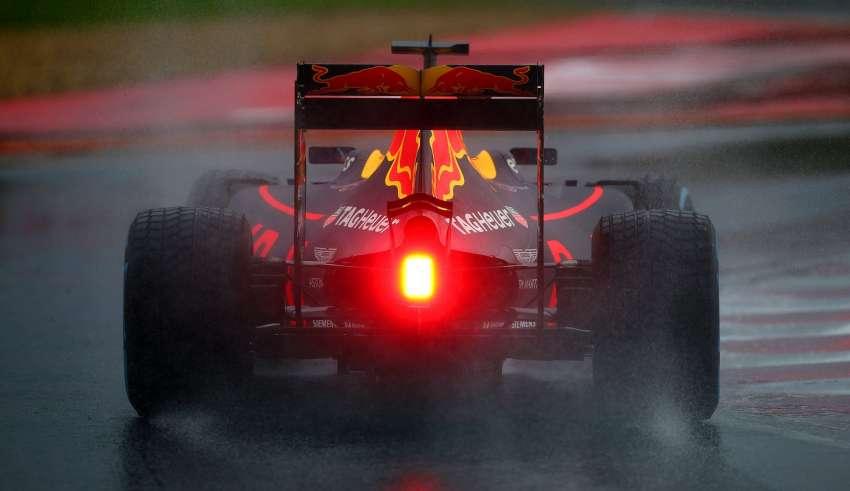 Daniel Ricciardo Red Bull RB12 TAG Heuer Hungarian GP F1 2016 in the wet Foto Red Bull