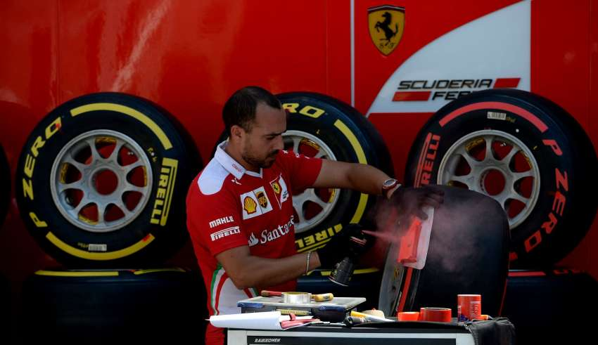 Ferrari mechanic soft supersoft Pirelli Baku F1 2016 Foto Pirelli
