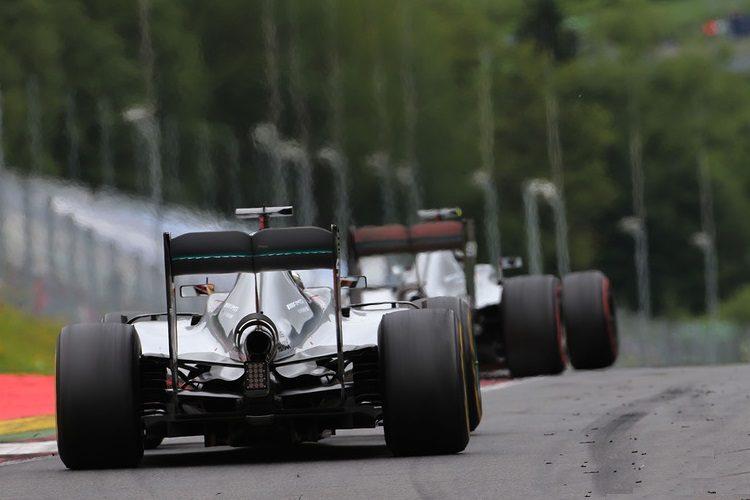 Hamilton chases Rosberg Austrian GP F1 2016 Foto Motorsport