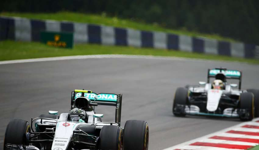 Hamilton chases Rosberg Austrian GP F1 2016 on soft tyres Foto F1fanatic