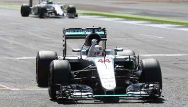 Lewis Hamilton Mercedes F1 W07 Hybrid celebrates his 47th career victory after crossing the line Great Britain GP Silverstone F1 2016 Foto Daimler