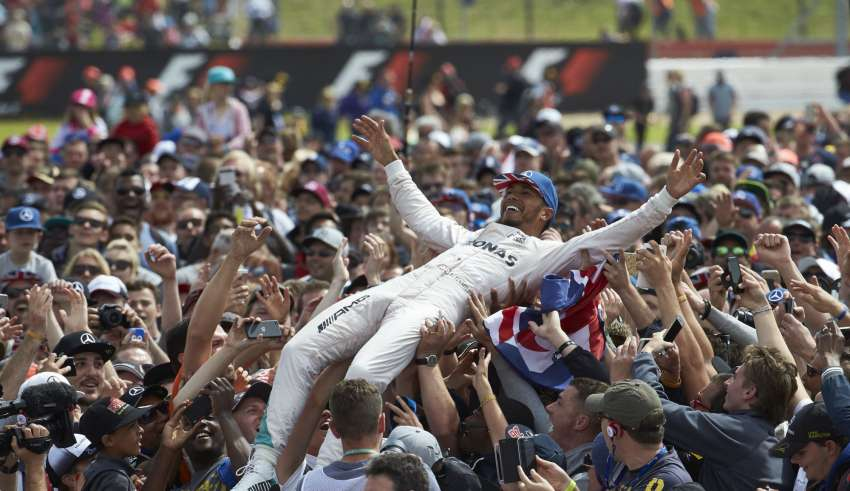Lewis Hamilton Mercedes F1 W07 Hybrid celebrates his 47th career victory on crowd's hands Great Britain GP Silverstone F1 2016 Foto Daimler