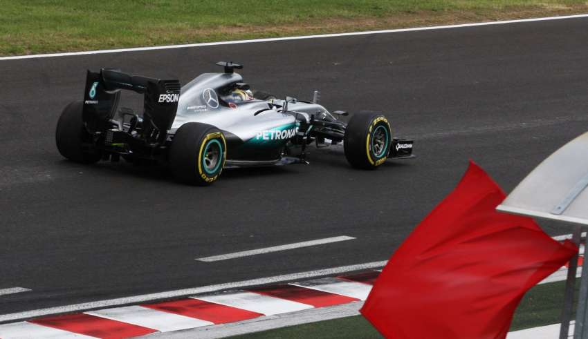 Lewis Hamilton Mercedes W07 Hybrid Hungarian GP F1 2016 fp2 crash red flag Foto f1fanatic