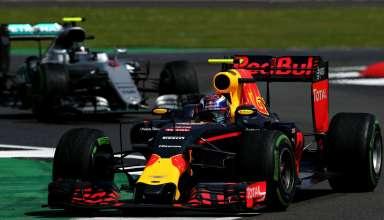 Max Verstappen leads Nico Rosberg British GP F1 2016 Foto Red Bull