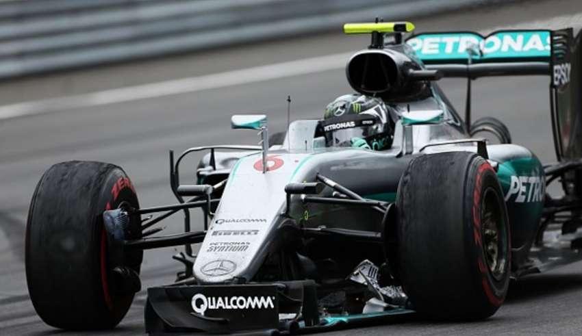 Nico Rosberg Mercedes W07 Hybrid Austrian GP F1 2016 broken front wing last lap crash Foto LAT