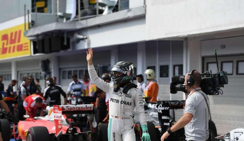 Nico Rosberg Mercedes W07 Hybrid Hungarian GP F1 2016 celebrates pole position in parcferme Foto Daimler