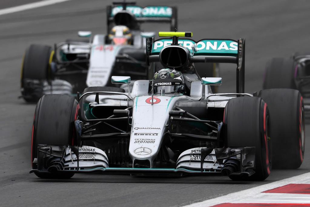 Nico-Rosberg-leads-Lewis-Hamilton-Mercedes-W07-Hybrid-Austrian-GP-F1-2016-Foto-Sky-Sports