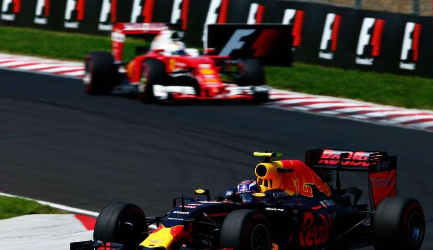 Verstappen leads Vettel Hungarian GP F1 2016 apex kerb Foto Red Bull
