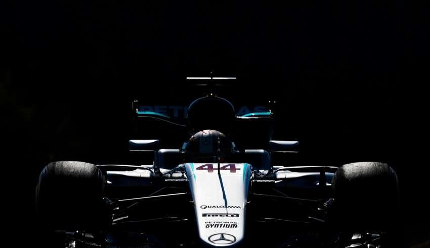 Lewis Hamilton Mercedes W07 Hybrid in the dark Belgian GP F1 2016 Foto Daimler