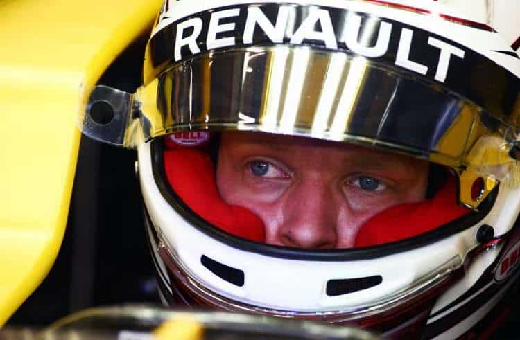 kevin-magnussen-renault-rs16-singapore-gp-f1-2016-helmet-on-foto-f1fanatic-xpb