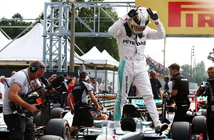 Lewis Hamilton Mercedes W07 Hybrid Italian GP F1 2016 celebrating pole parc ferme Foto F1fanatic-XPB