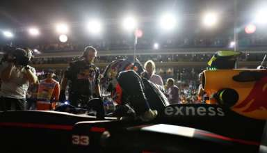 max-verstappen-red-bull-tag-heuer-rb12-singapore-gp-f1-2016-enters-the-car-foto-red-bull