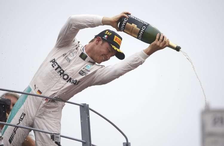 Nico Rosberg Mercedes W07 Hybrid Italian GP F1 2016 celebrates victory on podium Foto Daimler