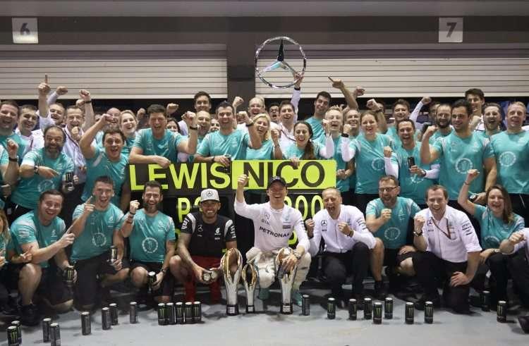 nico-rosberg-and-lewis-hamilton-mercedes-w07-hybrid-singapore-gp-f1-2016-celebrate-victory-foto-daimler