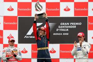 sebastian-vettel-italy-monza-f1-2008-podium-with-kovalainen-and-kubica-foto-f1fanatic