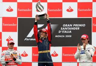 sebastian-vettel-italy-monza-f1-2008-podium-with-kovalainen-and-kubica-foto-f1fanatic