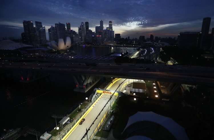 singapore-gp-f1-2016-panoramic-at-night-foto-mclaren