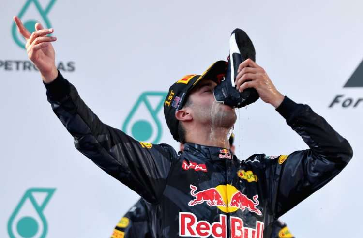 daniel-ricciardo-red-bull-rb12-tag-heuer-malaysian-gp-sepang-f1-2016-on-podium-drinking-from-the-boot-foto-red-bulldaniel-ricciardo-red-bull-rb12-tag-heuer-malaysian-gp-sepang-f1-2016-on-podium-drinking-from-the-boot-foto-red-bull