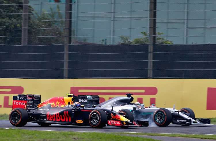 hamilton-battles-with-verstappen-final-chicane-japanese-gp-suzuka-f1-2016-foto-red-bull