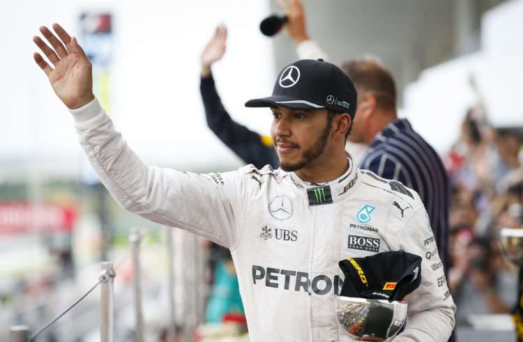 lewis-hamilton-on-podium-japanese-gp-f1-2016-foto-daimler