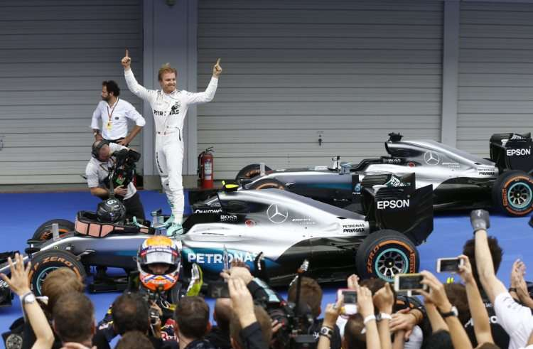 nico-rosberg-mercedes-w07-hybrid-suzuka-f1-2016-parc-ferme-after-the-race-foto-daimler