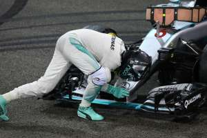 rosberg-mercedes-abu-dhabi-after-winning-title-foto-xpb