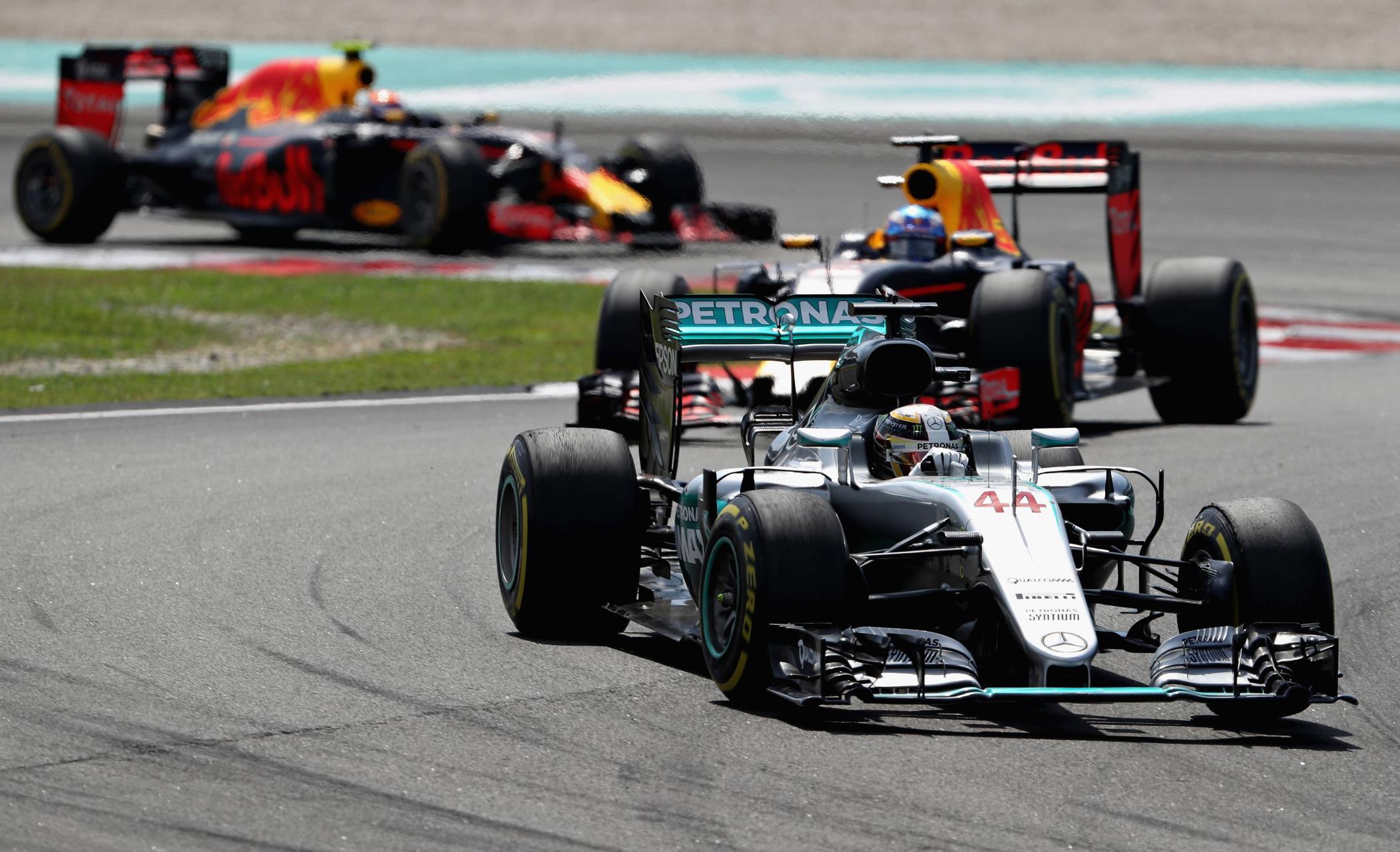Hamilton leads Ricciardo and Verstappen Malaysian GP F1 2016 Foto Red Bull