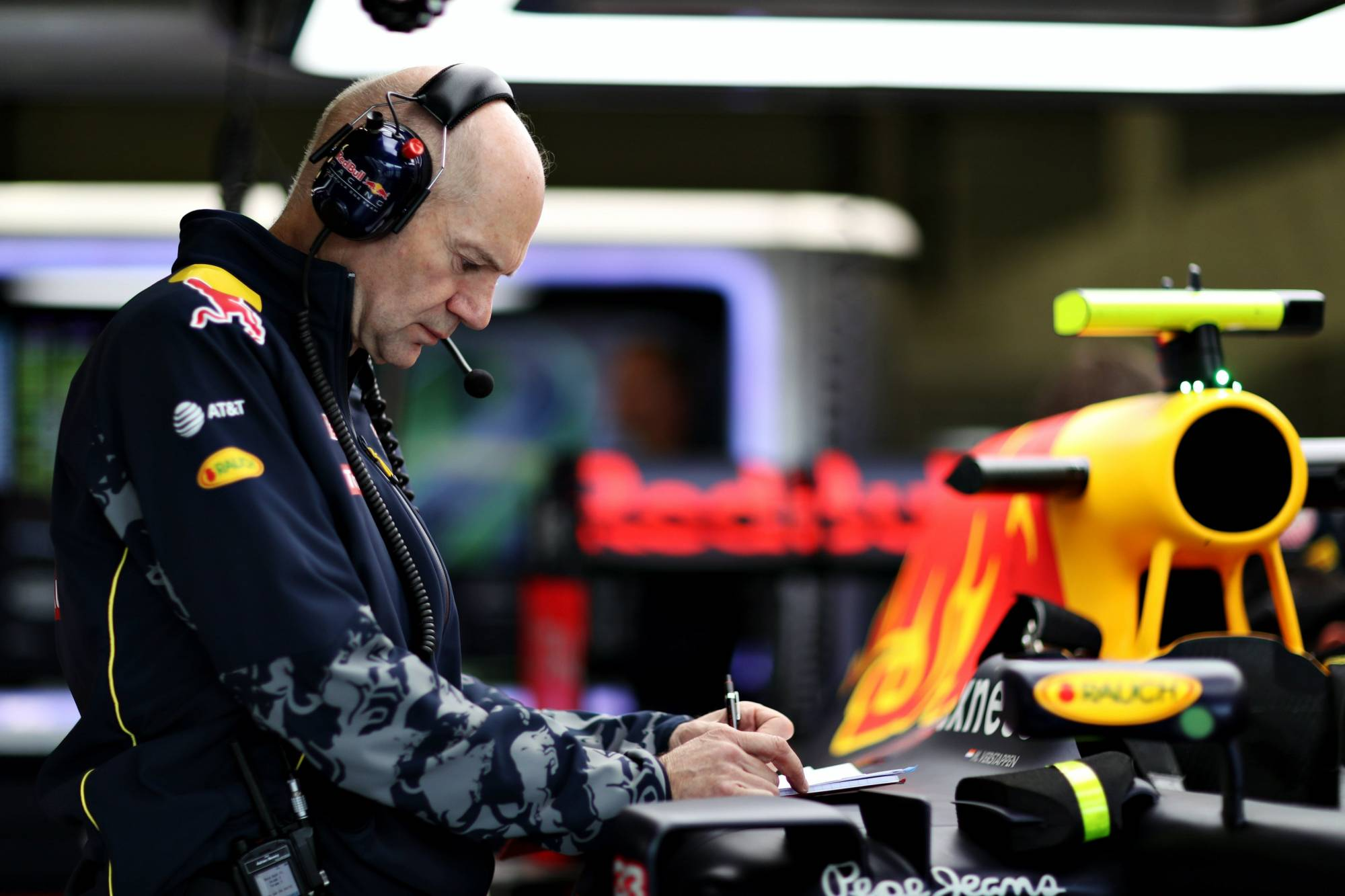 newey-red-bull-1-2016-garage-foto-red-bull