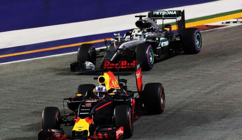 Ricciardo leads Hamilton Singapore F1 2016 Foto Red Bull