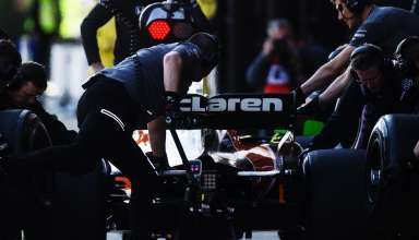 McLaren Honda MCL32 pits Barcelona F1 2017 testing Foto McLaren