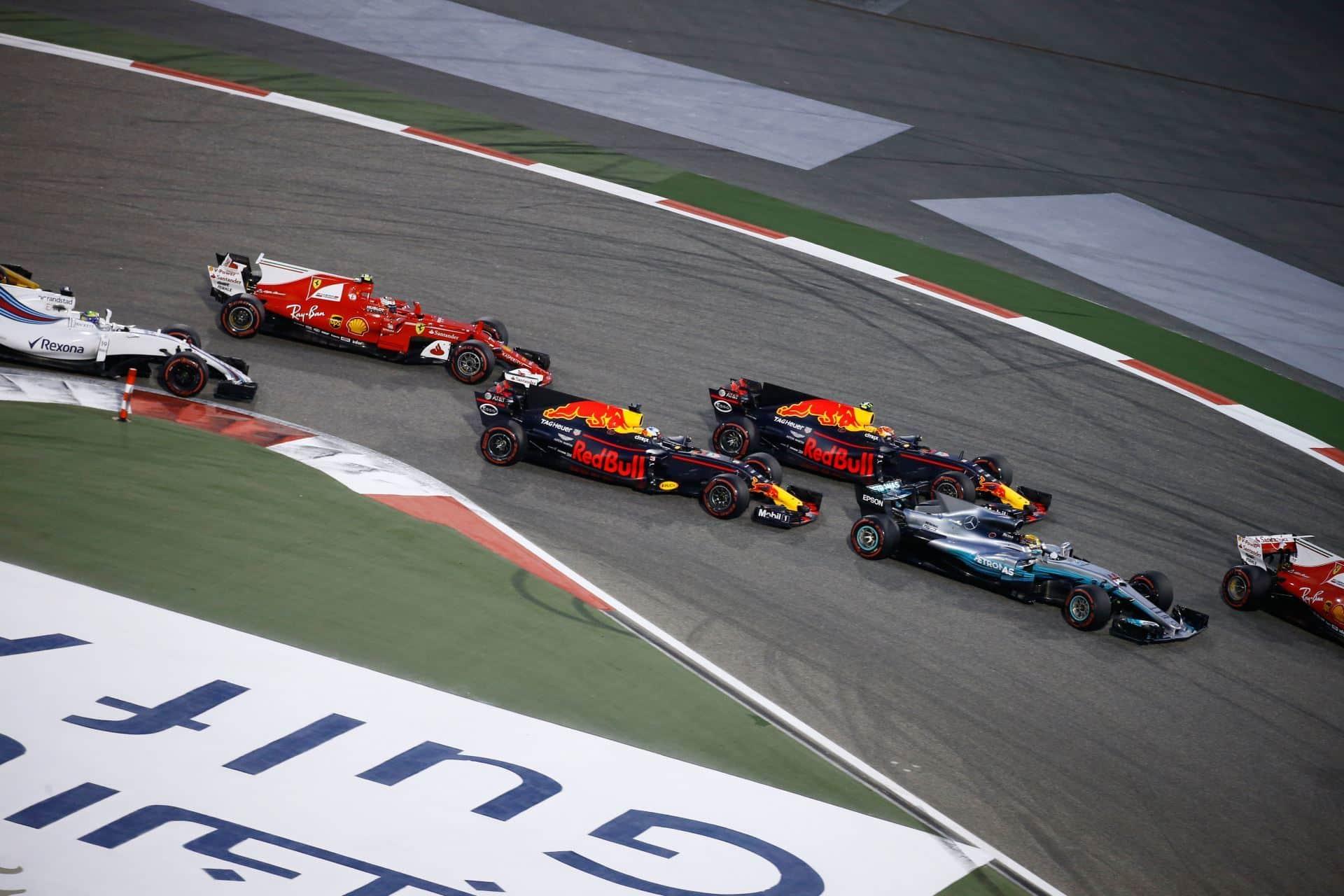 Bahrain GP F1 2017 first corner Foto Daimler