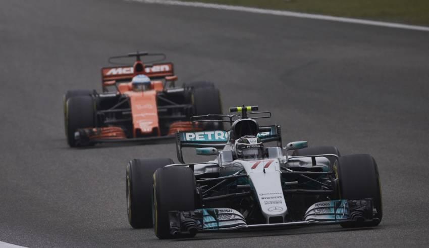Bottas leads Alonso CHinese GP F1 2017 FOto Daimler