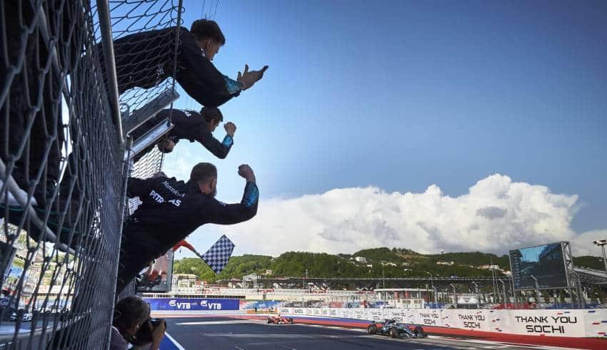 Bottas wins Mercedes pitwall celebrate Foto Daimler