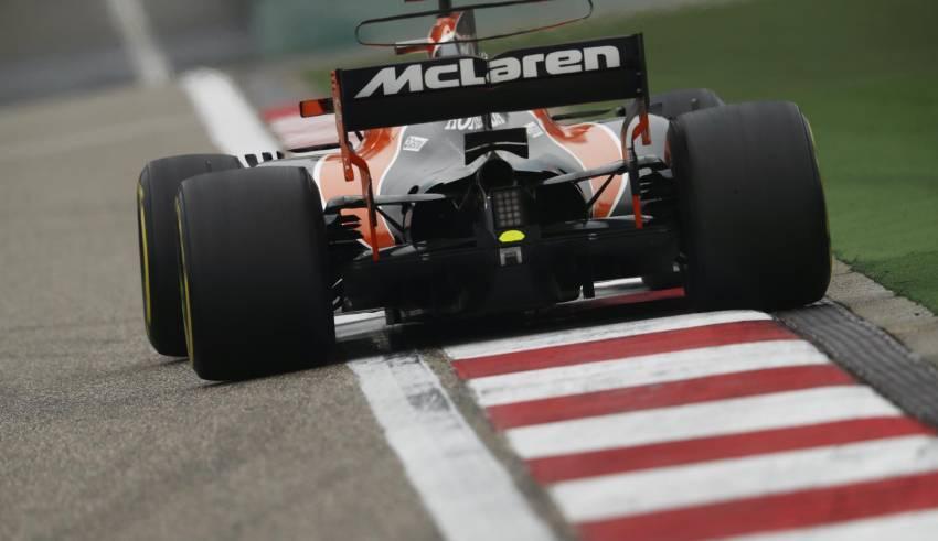 McLaren MCL32 Honda Chinese GP F1 2017 last corner Foto McLaren
