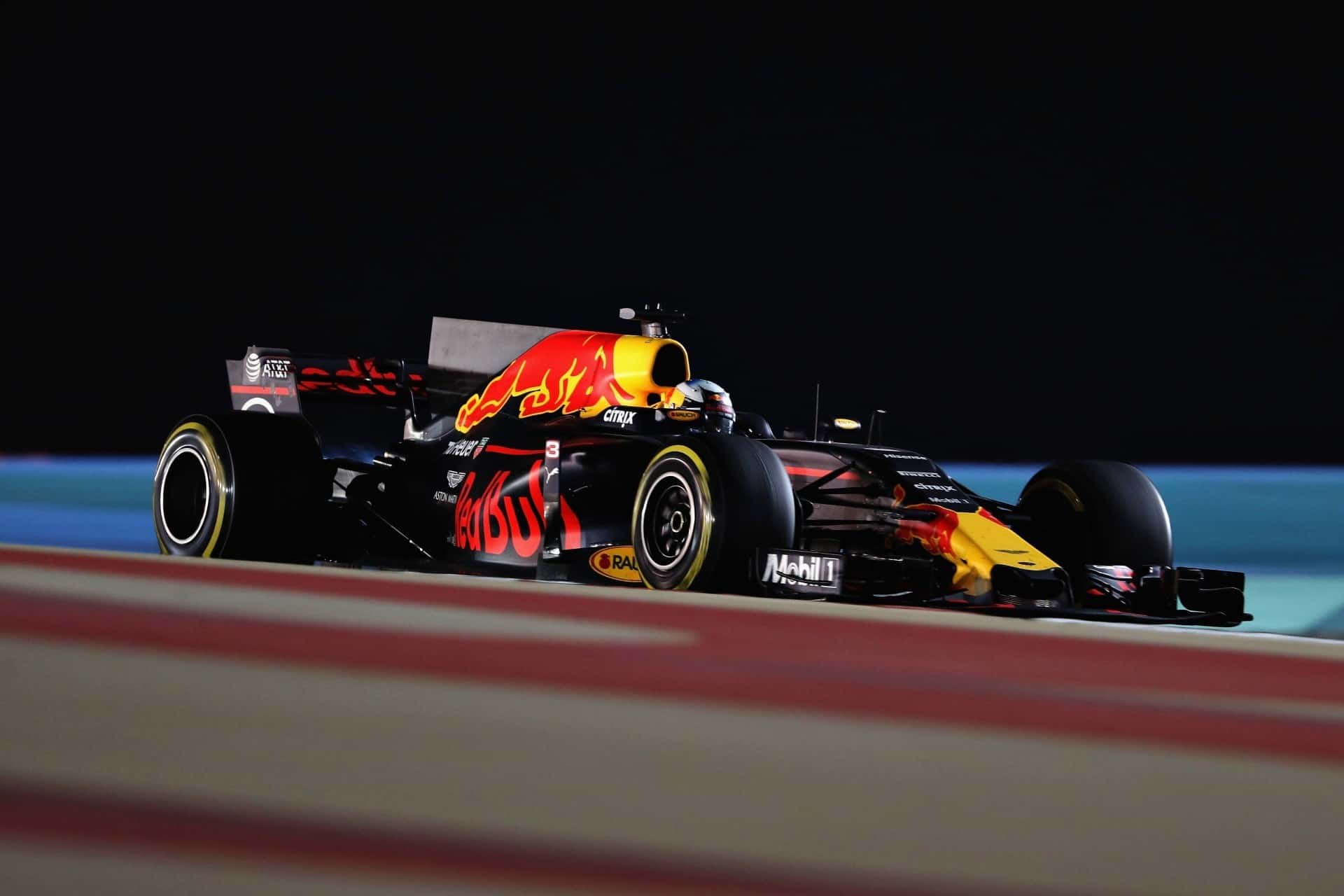 Ricciardo Red Bull RB13 Bahrain GP F1 2017 race Foto Red Bull