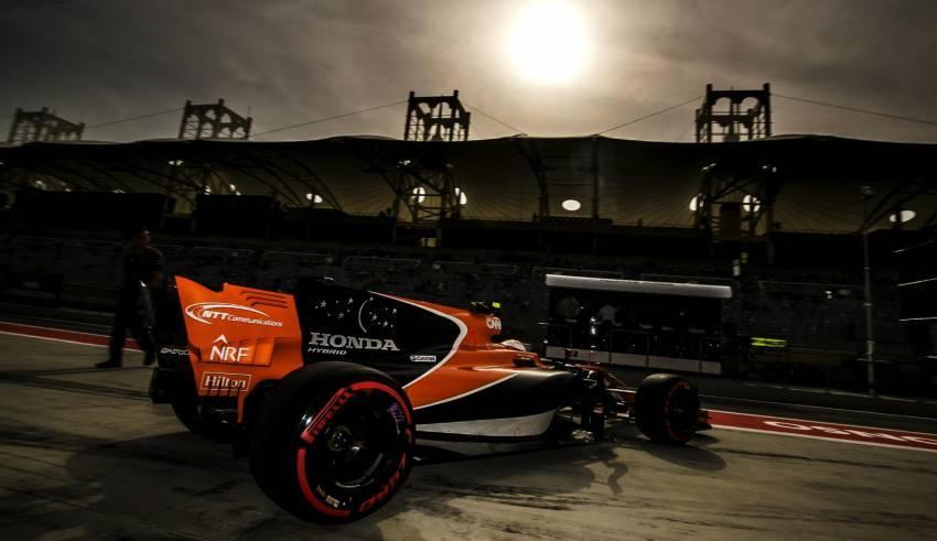 Vandoorne McLaren Honda Bahrain F1 2017 night FOto McLaren