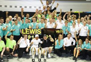 Mercedes Singapore F1 2017 team celebration Photo Daimler