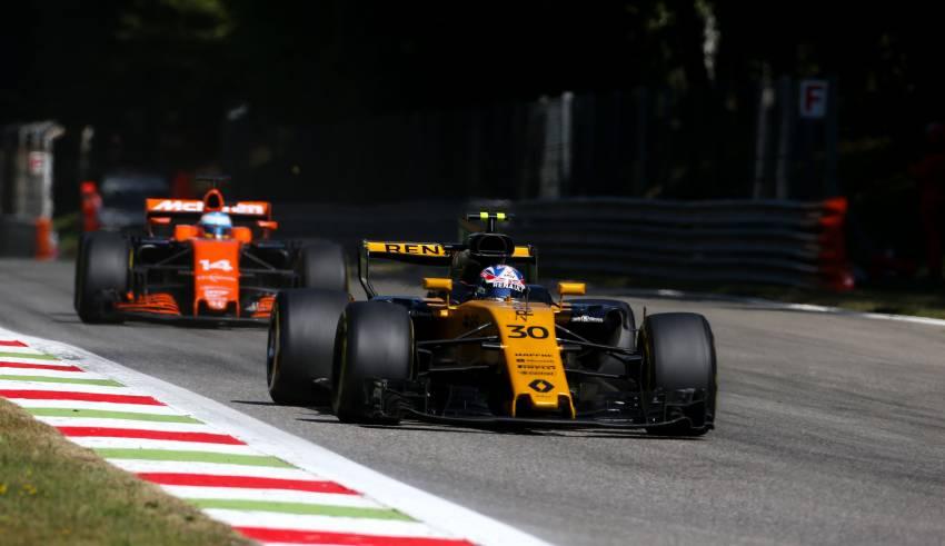 Palmer-leads-Alonso-Italian-GP-Monza-F1-2017-Photo-Renault