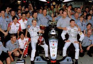 Hakkinen McLaren team Suzuka F1 1999 garage celebration Photo F1fanatic
