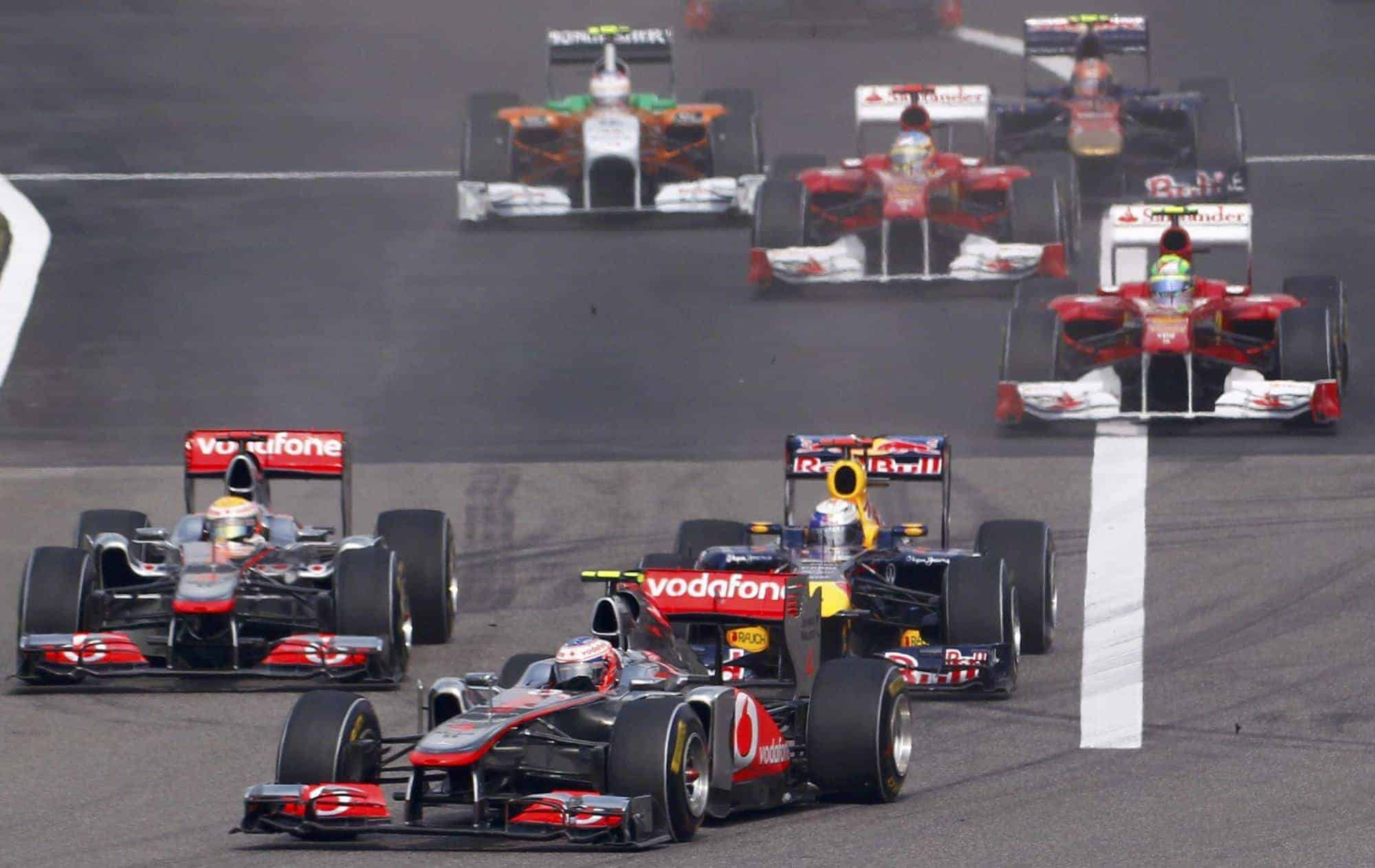 Chinese GP F1 2011 start of the race Button leads Vettel Hamilton Photo RTLde