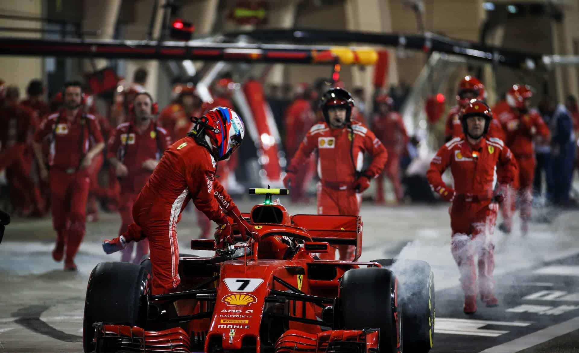 Kimi Raikkonen Ferrari SF71H Bahrain GP F1 2018 retires pitstop wheel mechanic Photo Ferrari