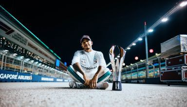 Lewis Hamilton Singapore GP F1 2018 post race with trophy on track posing Photo Daimler