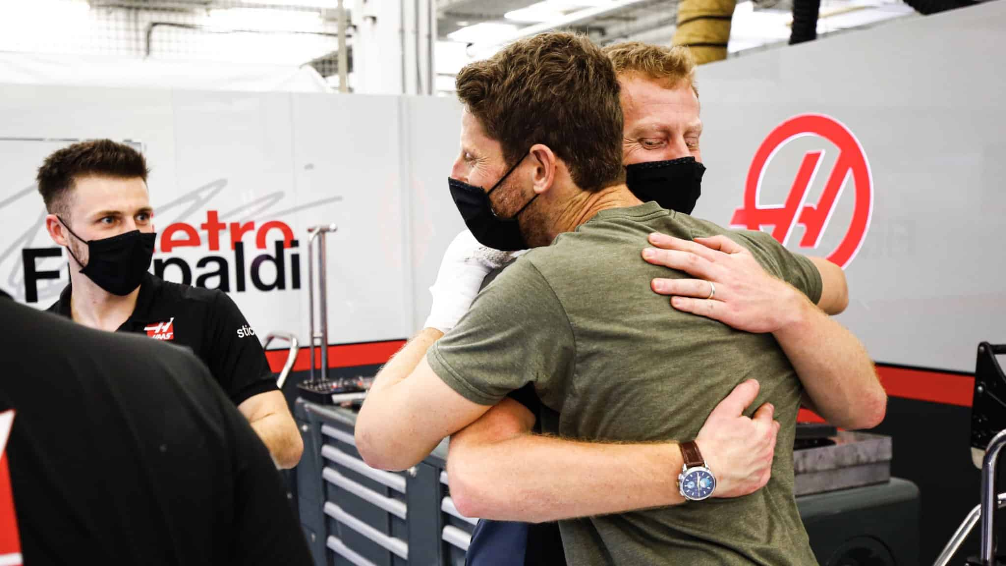 Grosjean embraces his racing engineer Dom for the first time after the accident Bahrain GP F1 2020 Photo Haas F1 Team